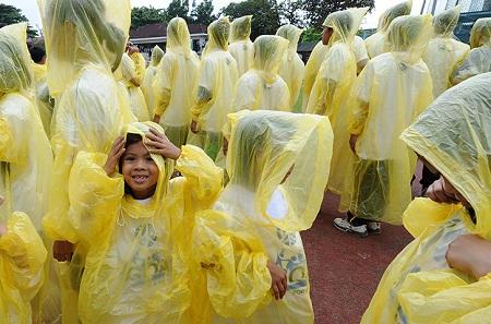 Bí mật chết người từ chiếc áo mưa 10 ngàn bên lề đường, thà ướt người chứ không mua