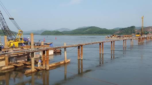 Cầu lớn nhất tuyến cao tốc Hạ Long-Vân Đồn đã đặt móng xuống lòng sông